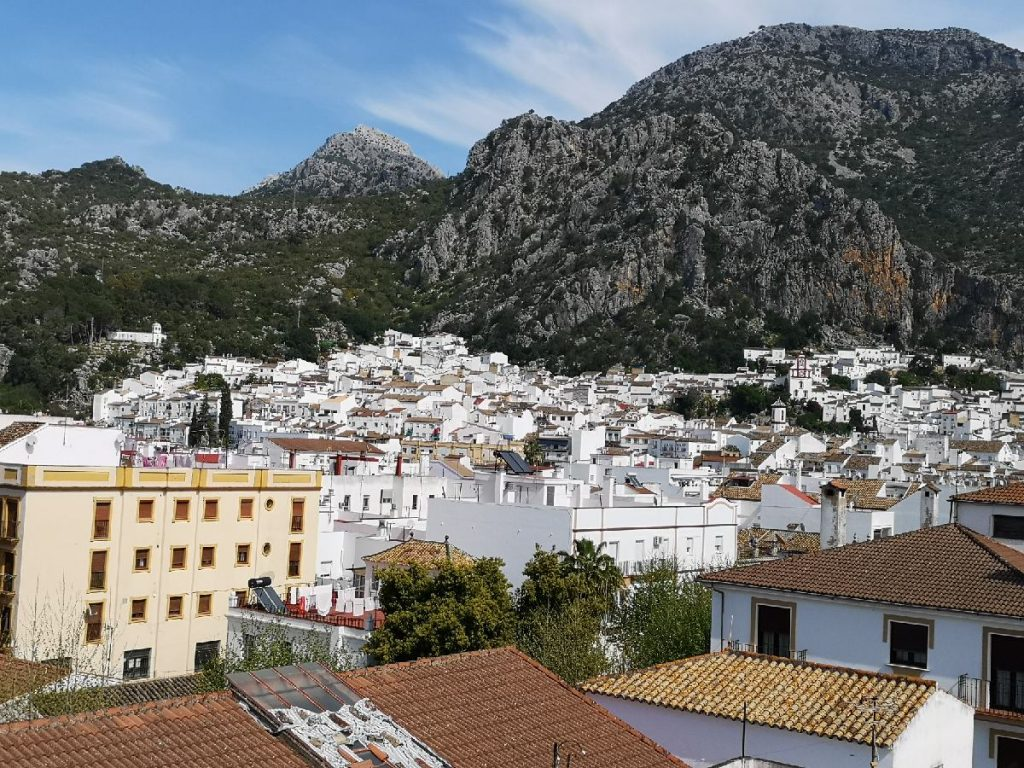Ubrique - this is where the Alcornocales Natural Park ends and the Sierra de Grazalema Natural Park begins. The Cadiz region also ends here - it continues in the Malaga region. Ubrique is a small town with about 18000 inhabitants. In the pedestrian zone, the orange trees bloom and spread a wonderful fragrance.