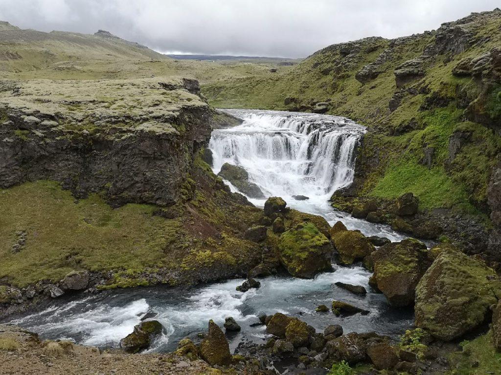 Einer der 20 Wasserfälle - Kaefufoss