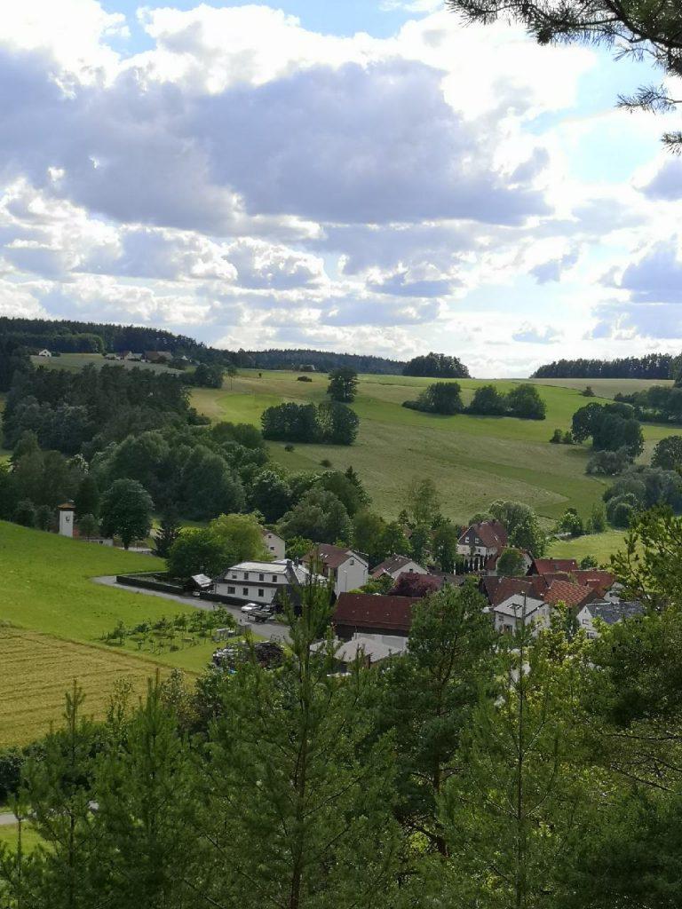 """Blick ins Tal zum Landgasthof """"Zum goldenen Wagen"""""""