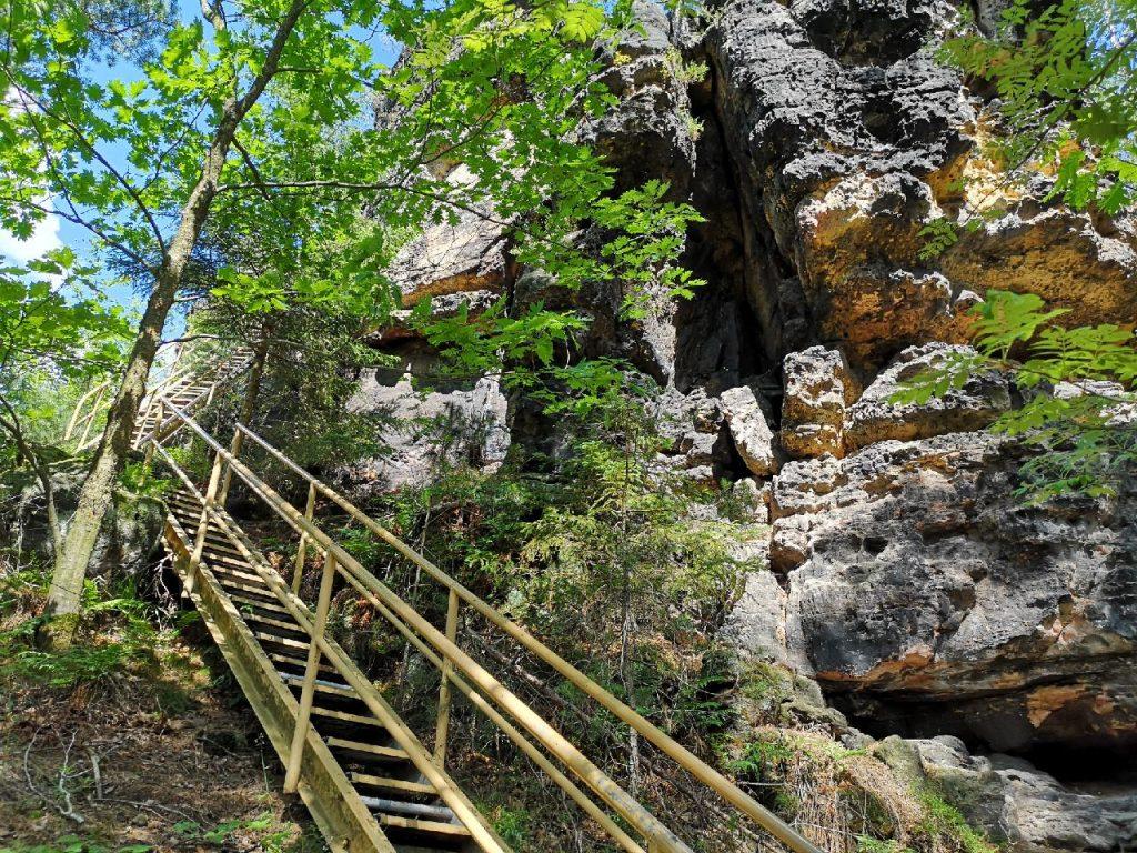 Die Stahlleiter führt hoch zum Spitzstein