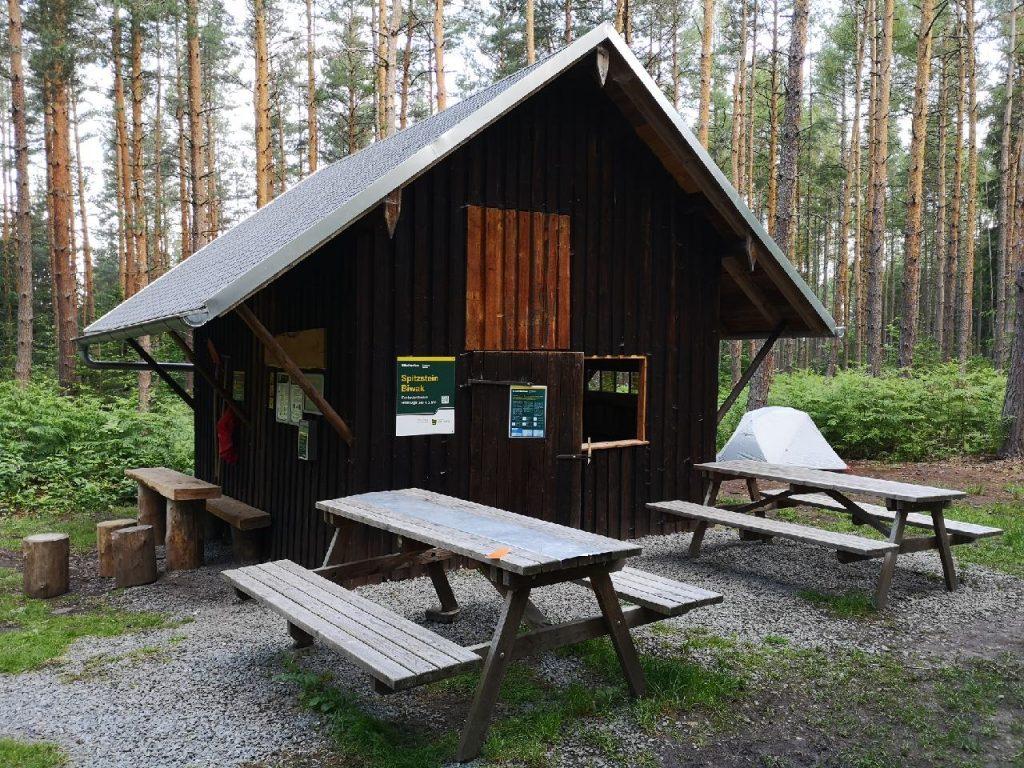 Der Biwakplatz Spitzstein mit seiner Hütte