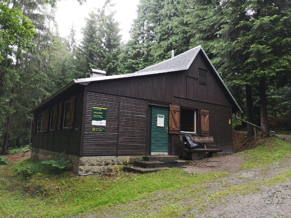 Die Hütte Willys Ruh liegt sehr ruhig gelegen im Wald