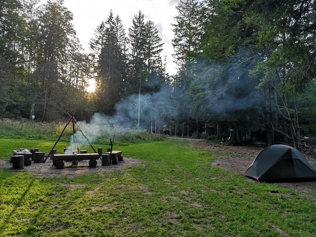 Das Feuer brennt schon am Trekkingplatz Rehwiese