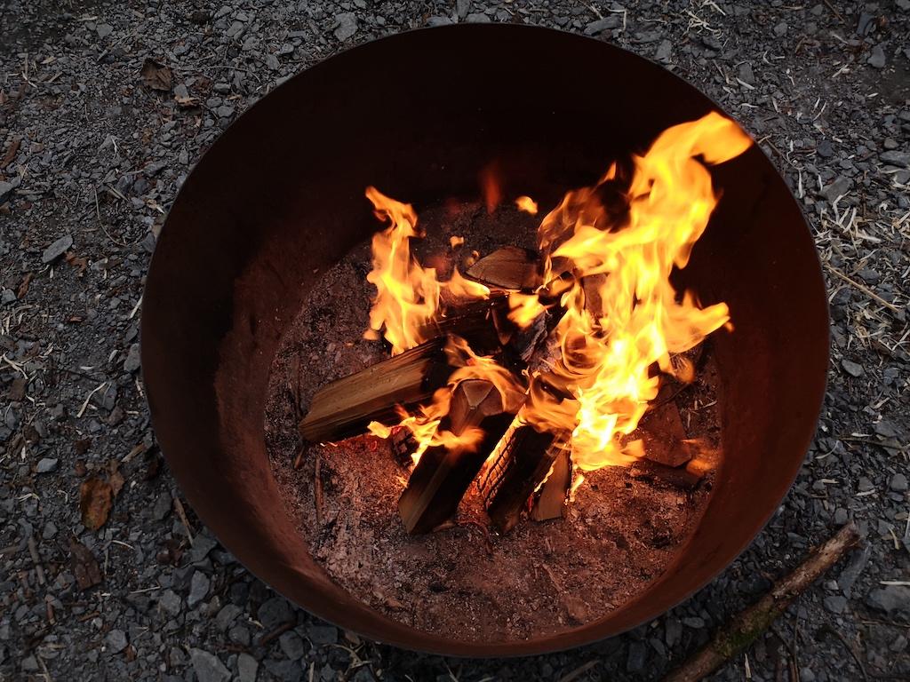 Feuer in der Abenddämmerung