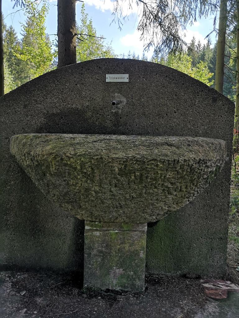 Trinkwasser vor dem Aufstieg zum Schneidberg