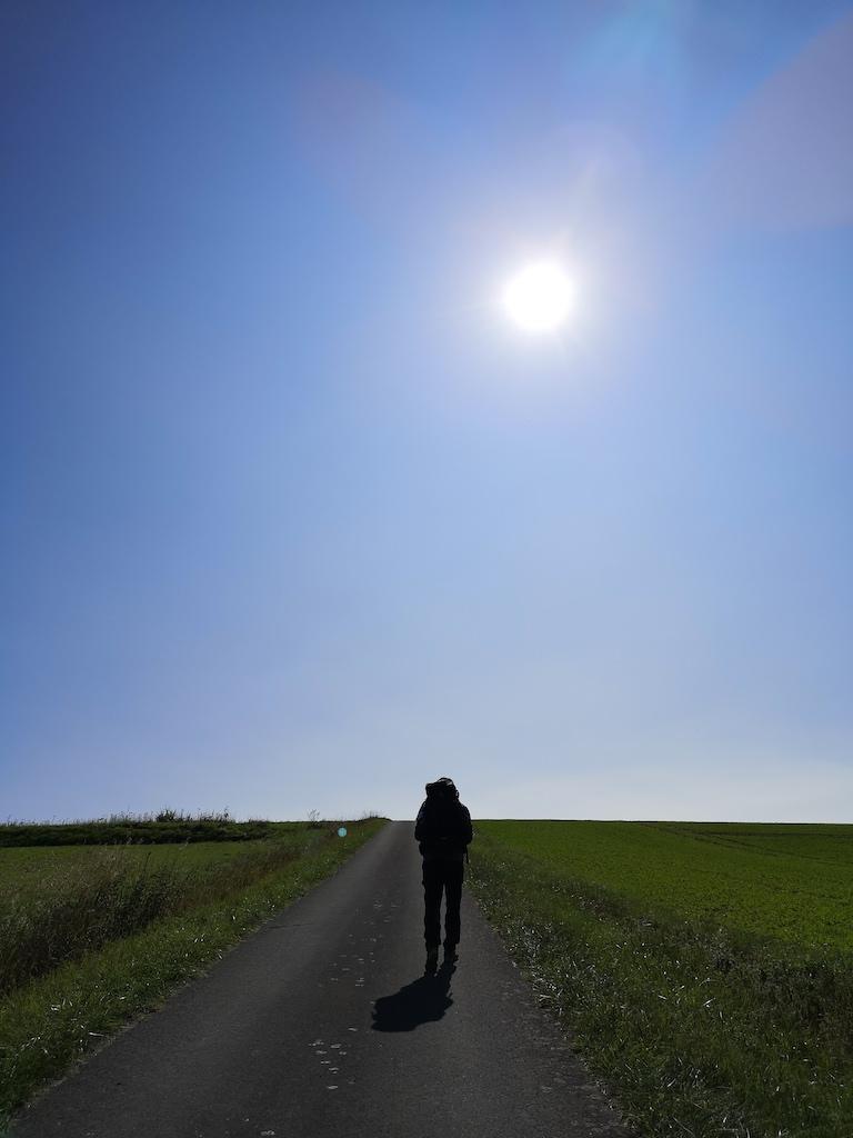 Die Sonne brennt vom Himmel auf den Wanderer