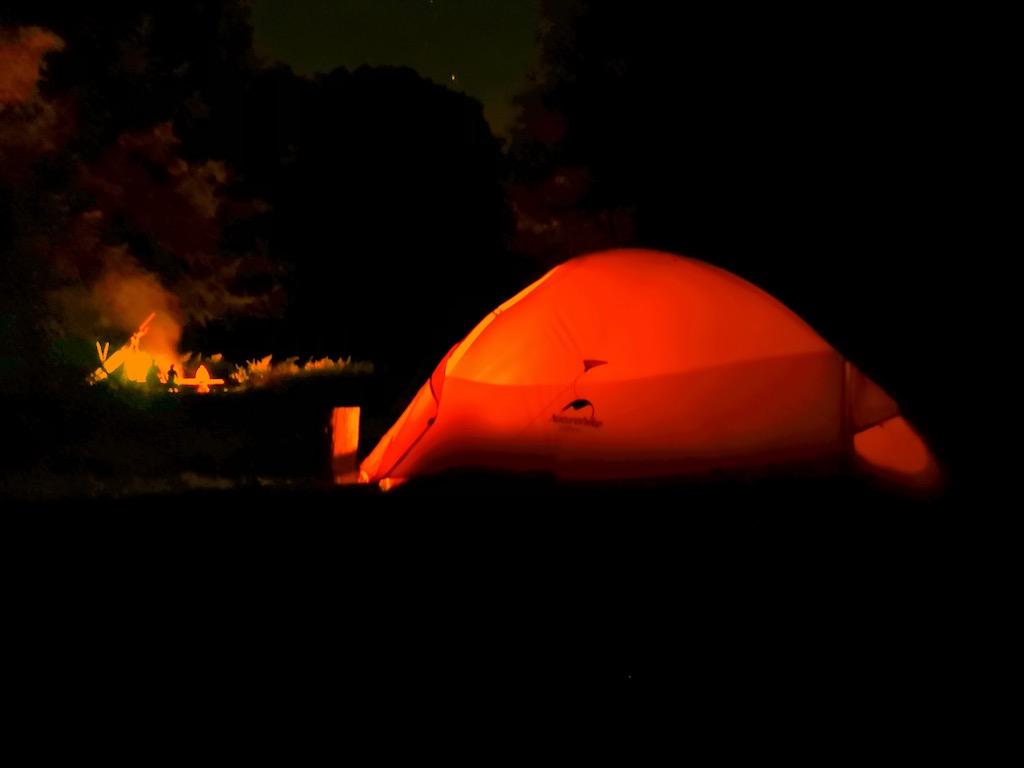 Lagerfeuer am Trekkingplatz Lindach in der Nacht