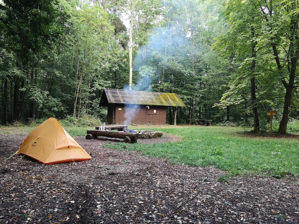 Das Feuer qualmt schon am Trekkingplatz Steinknuck