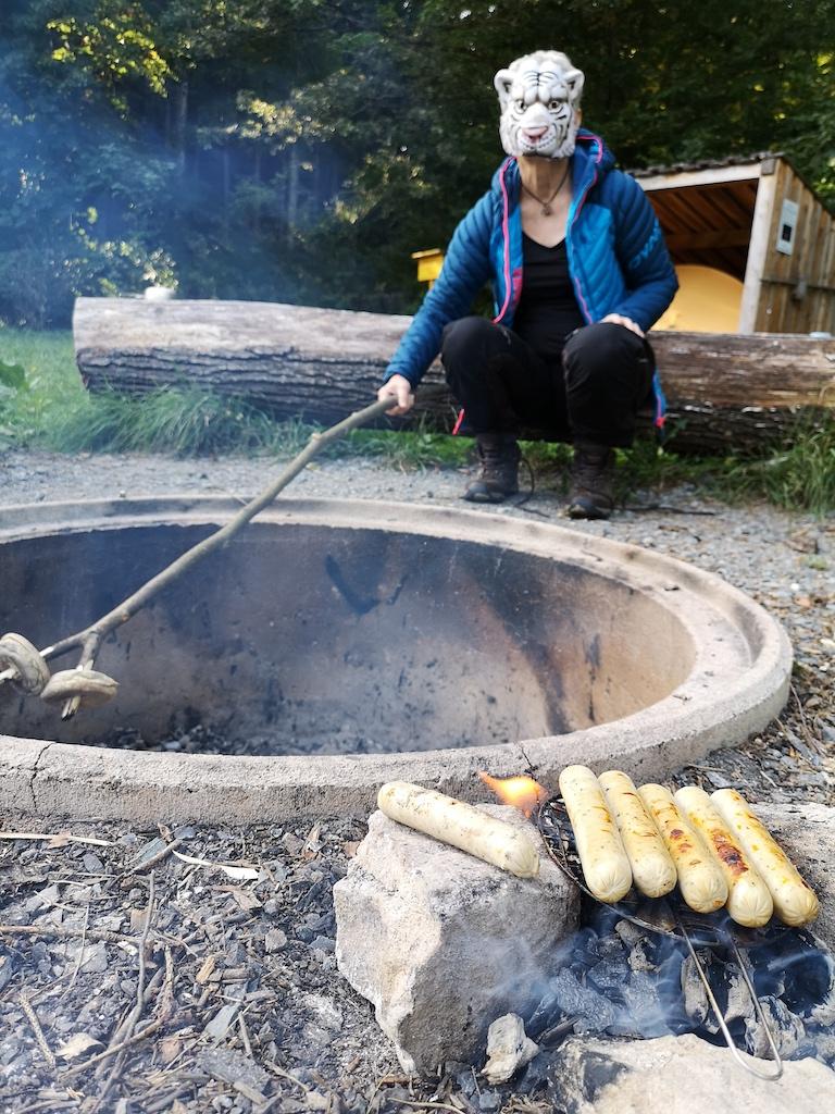 Würstchen mit Brot am Lagerfeuer