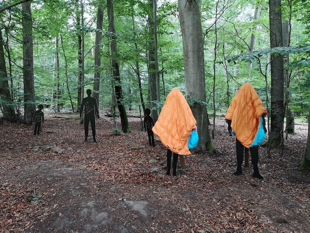 Dunkle Gestalten am Trekkingplatz Radstein helfen beim Auslüften der Schlafsäcke