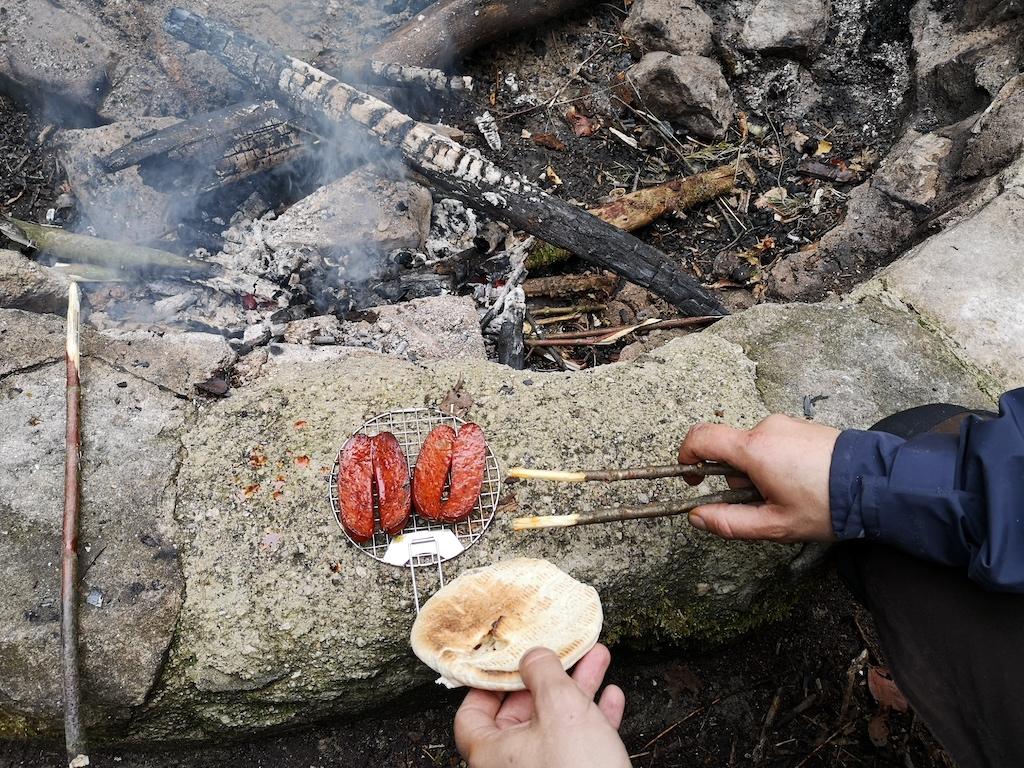 Gegrillte chorizo auf dem Feuer am Trekkingplatz Steinknuck