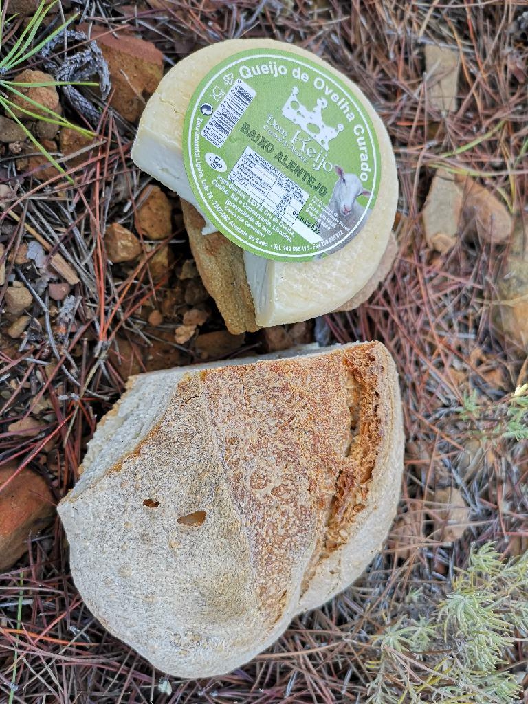 Schafskäse und Brot aus dem Alentejo