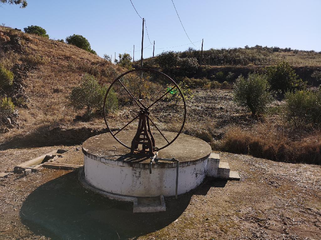 Wasserstelle mit Brunnen