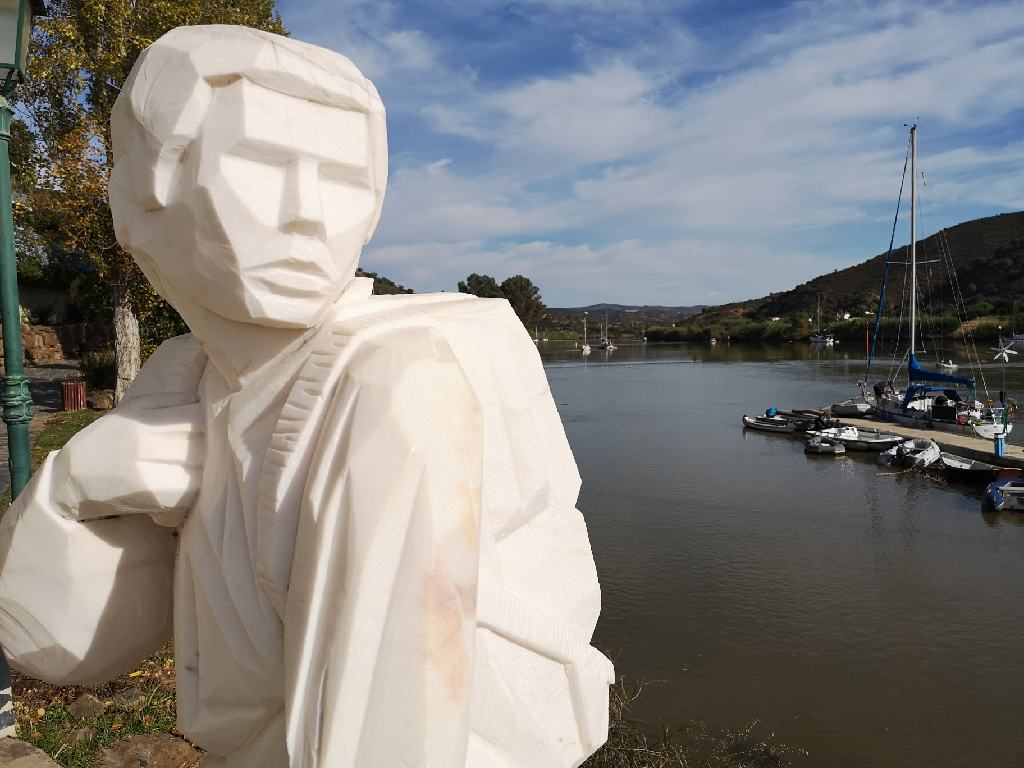 Schmuggler Statue am Ufer
