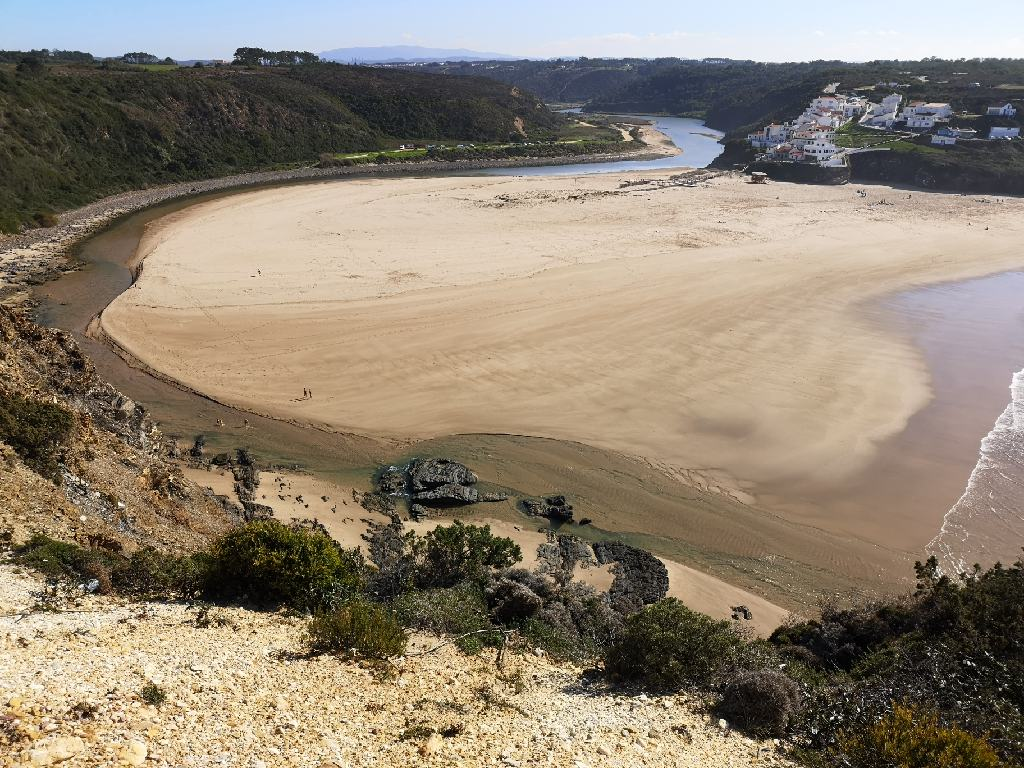 Blick auf Praia Odeceixe und dem Fluß Ceixe