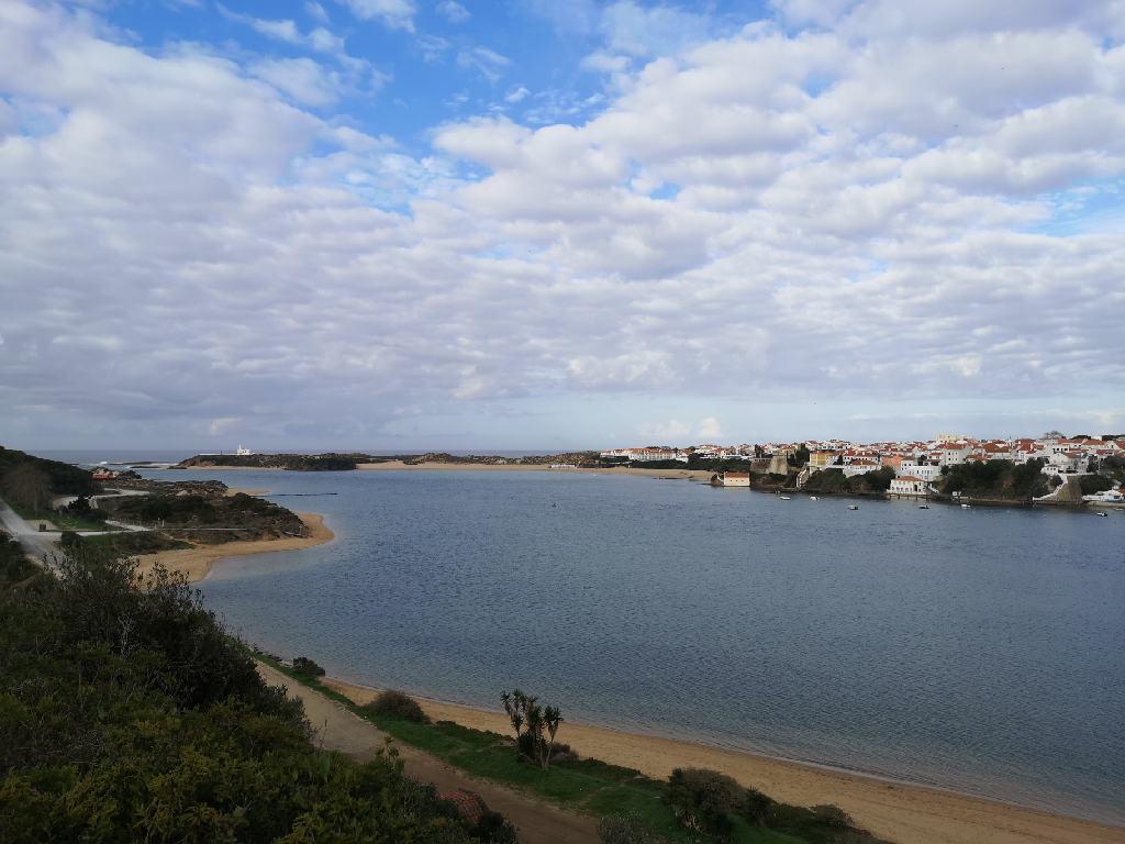Blick auf Vila Nova de Milfontes von der anderen Flußseite