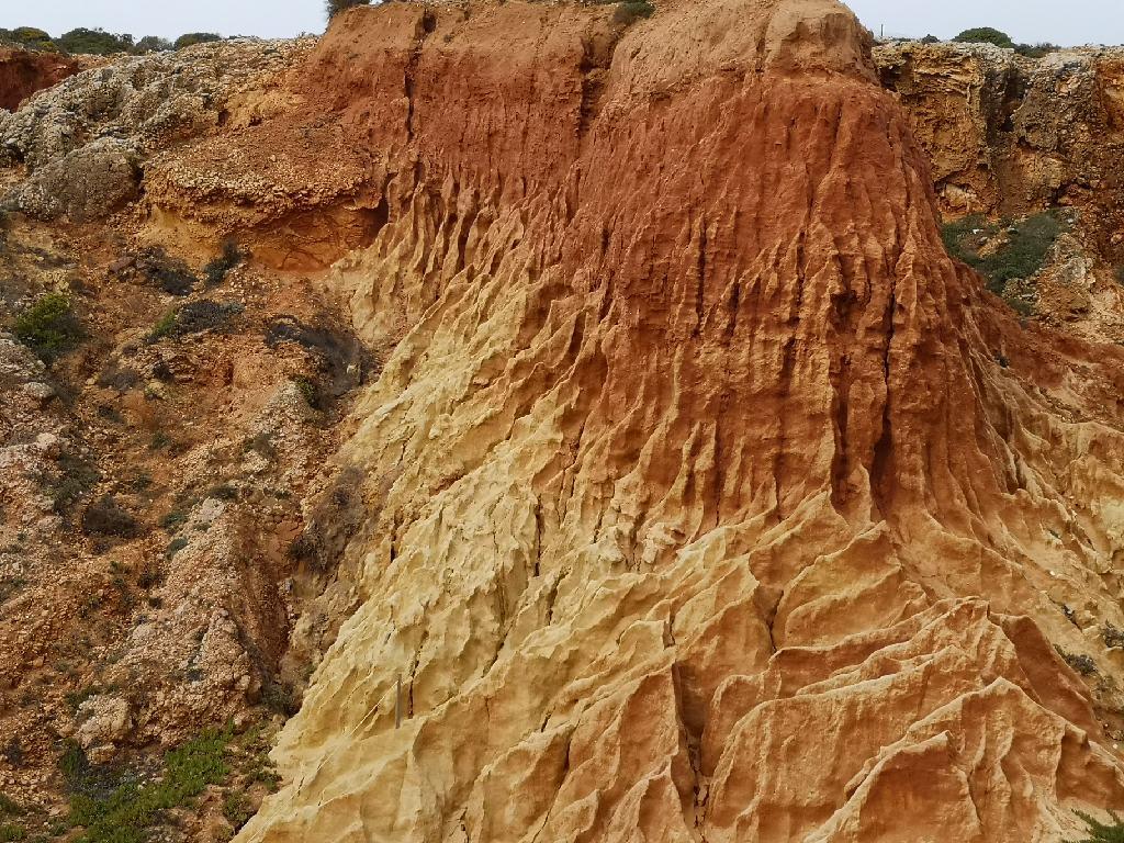 Roter Sandstein an den Klippen in Sagres