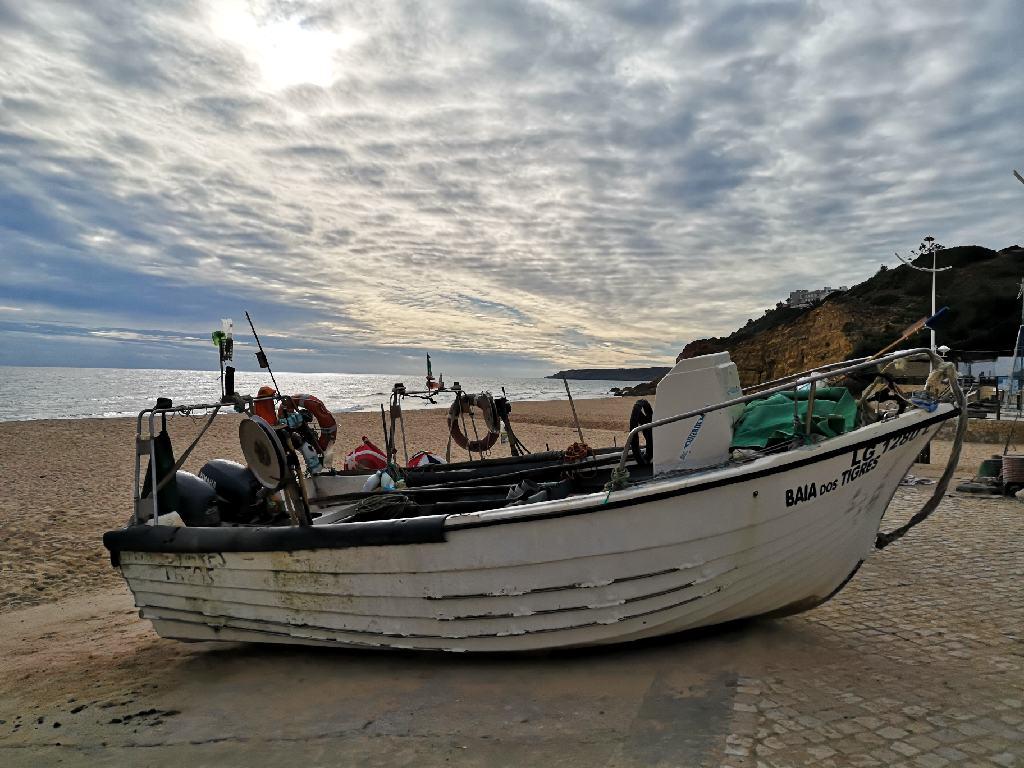 Fischerboot am Strand von Salema
