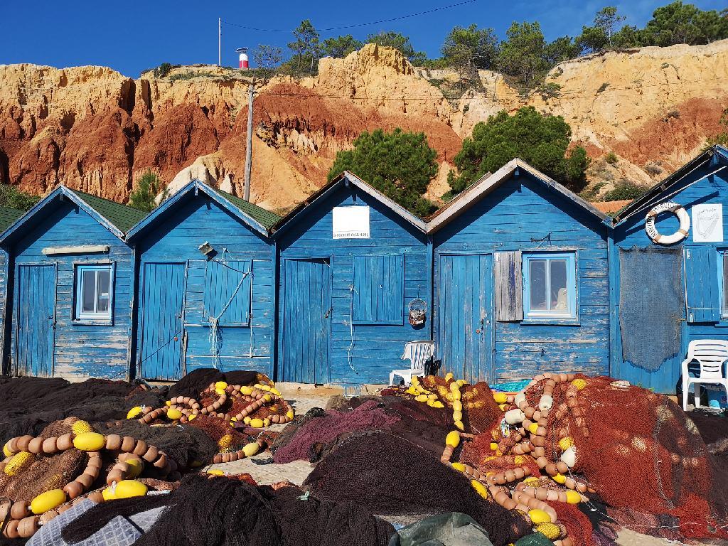 Die blauen Fischerhütten von Olhos de Aqua