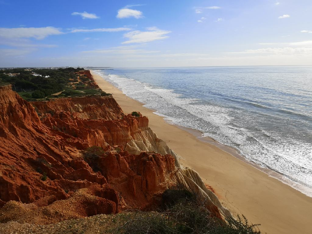 Rote und gelbe Formation der Steilküste