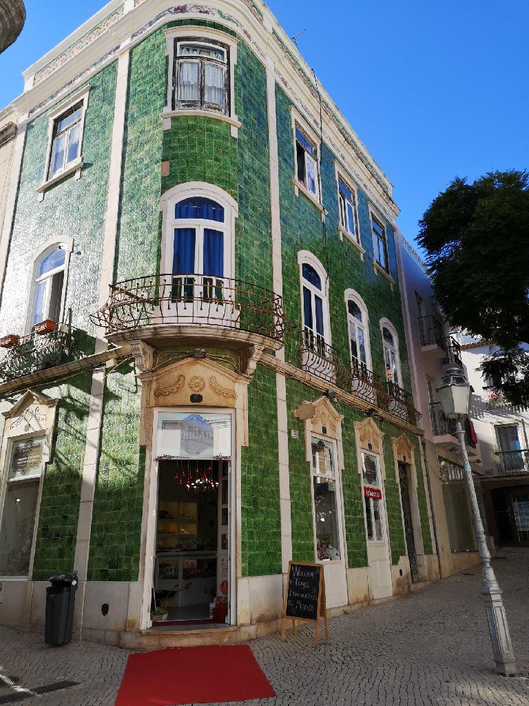 Mit grünen Azulejos verziertes Haus in der Ortsmitte von Lagos