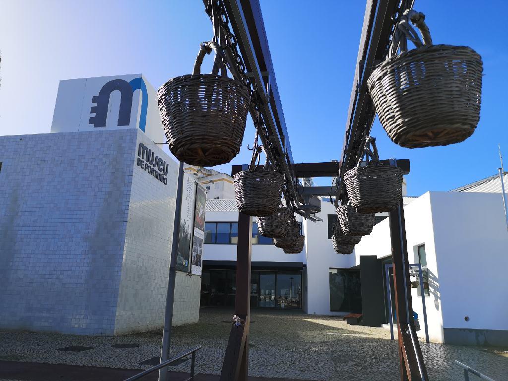 Körbe vor der ehemaligen Fischfabrik in Portimão, die heute als Museum dient