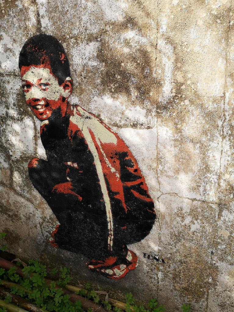 Graffiti von Tona an verlassenem Gebäude