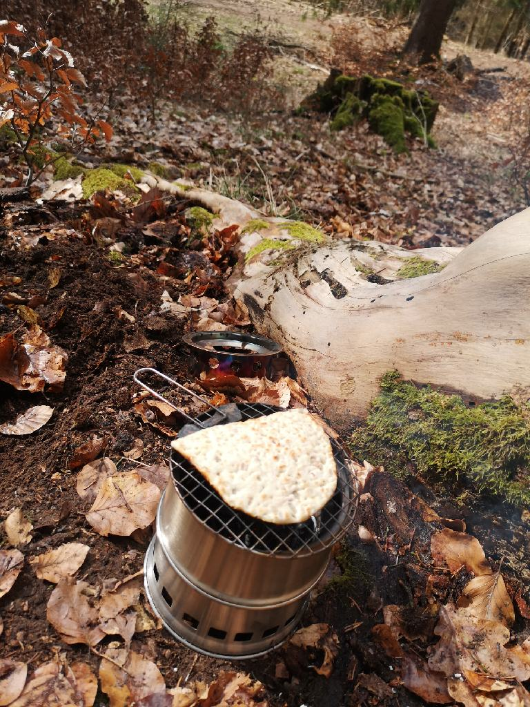 Brot wird auf dem Hobo Kocher geröstet
