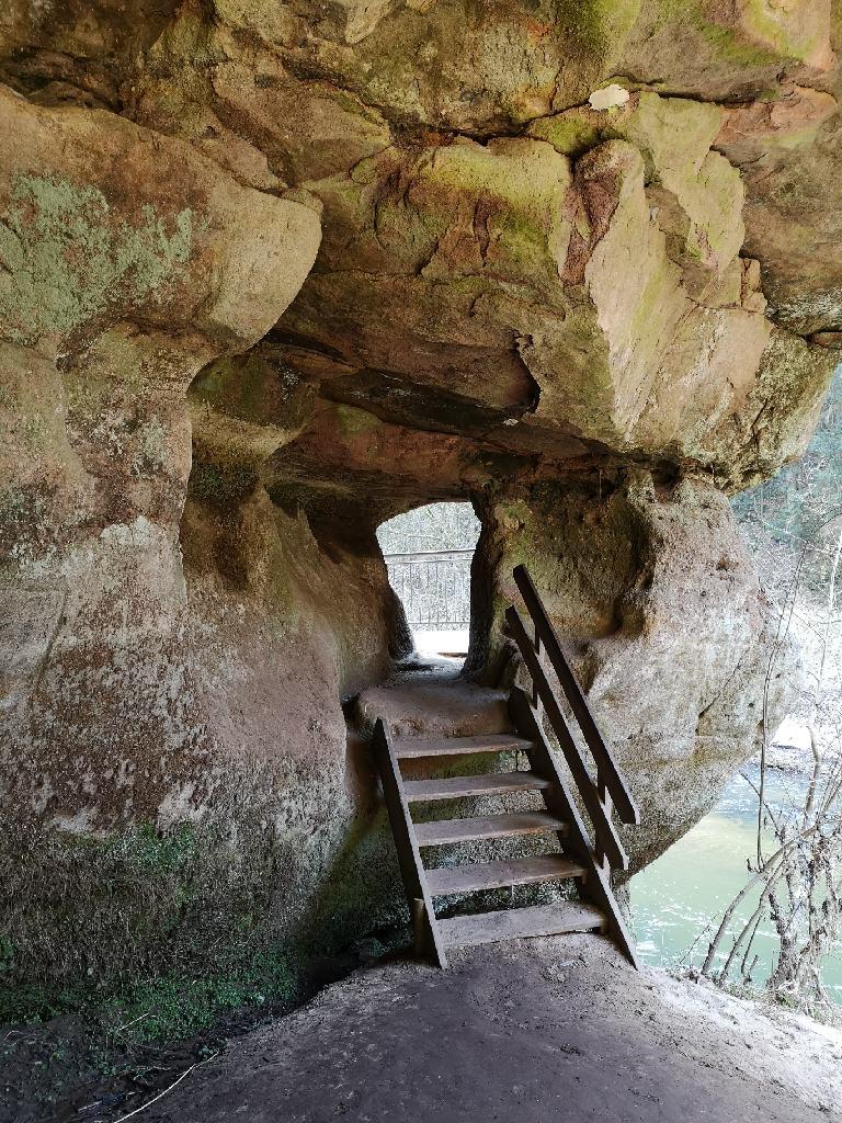 Die Treppe durch das Loch im Sandstein.
