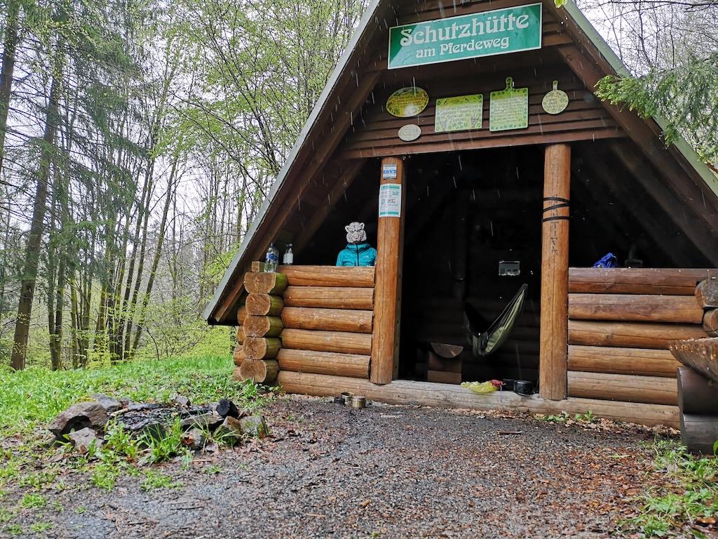 Die Schutzhütte am Pferdeweg bei Regen