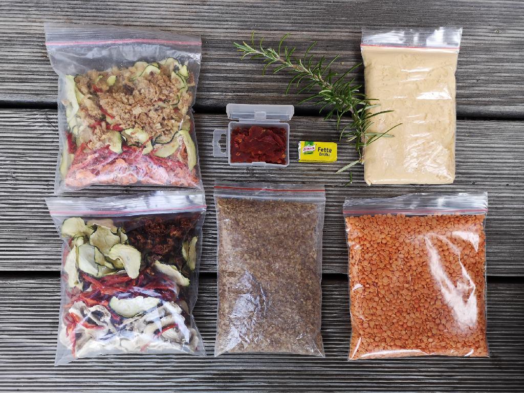 Trekkingfood, rote Linsen, Buchweizen und gedörrtes Gemüse