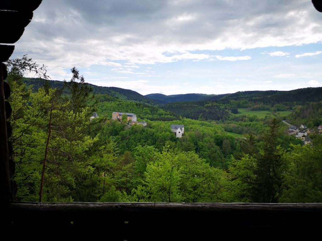 Blick auf die Burg von Schwarzburg von der Hirschtränke