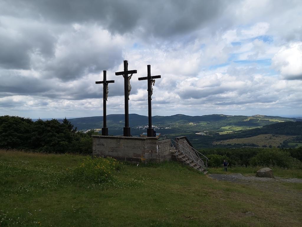 Die Golgatha Kreuze sind das Wahrzeichen des Kreuzberges