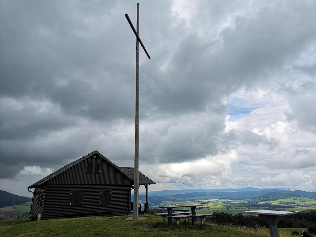 Dunkle Wolken über der Dermbacher Hütte auf dem Gläserberg
